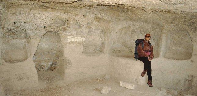 Altopiano di Karkik, 2002, probabili sepolture monastiche a mummificazione. Foto Carlo Germani Archivio Egeria Centro Ricerche Sotterranee.